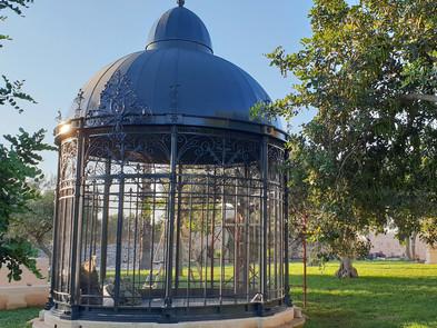 Pavillon aus Eisen mit Dach