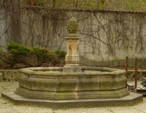 Marktbrunnen mit großer Stele