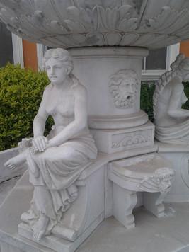 Brunnen mit sitzenden Frauen