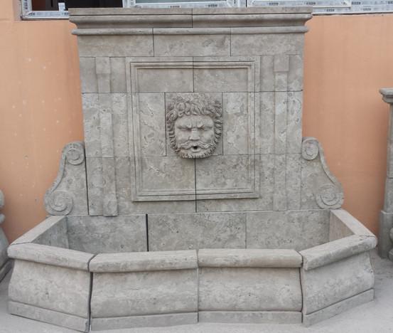 Wandbrunnen mit Götterkopf