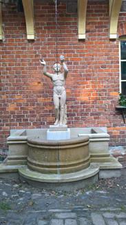 Wandbrunnen mit Statue