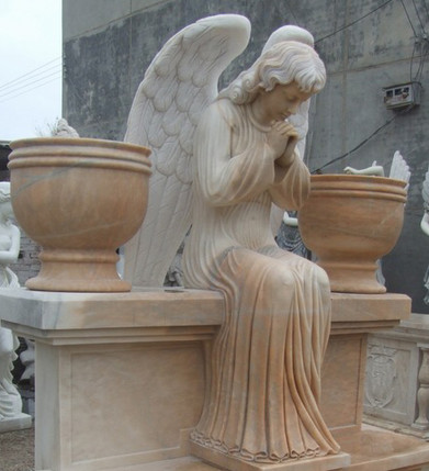 Betender Engel auf Grabstein