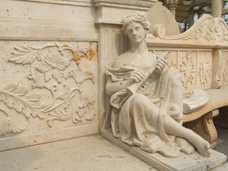 Bank mit Statuen