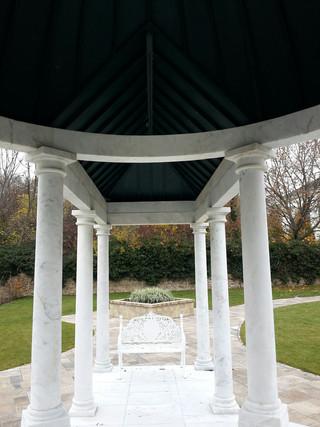 Marmorpavillon mit Seitengängen