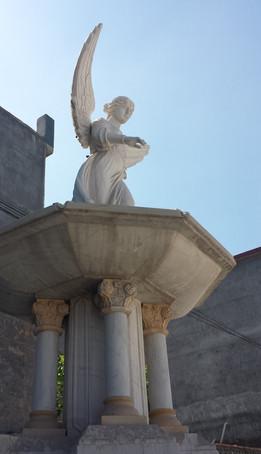 Brunnen mit Schalen und Engel