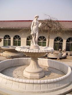 Brunnen mit Frau und Krug