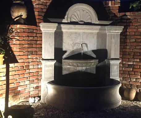 Massiver Wandbrunnen mit großem Becken und Schale