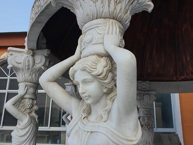 Pavillon aus Marmor mit Statuen.jpg