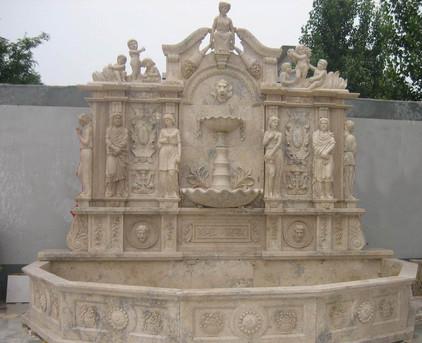 Wandbrunnen mit Statuen