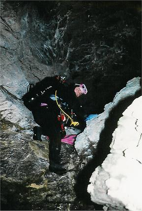 Chrigel beim klettern im Eingang.png