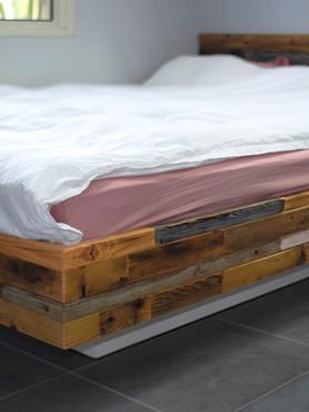 חדר שינה מעץ בשימוש חוזר בטכניקת פסים