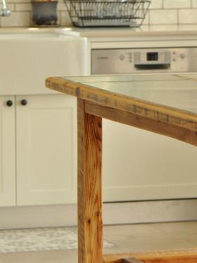שולחן / אי עץ ונירוסטה