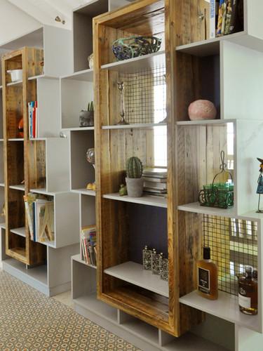 ספריית מחיצה, שילוב עץ ממוחזר ובירץ' צבוע