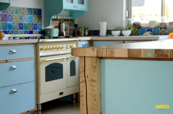 מטבח שייקלי - שילוב עץ בשימוש חוזר וצבע