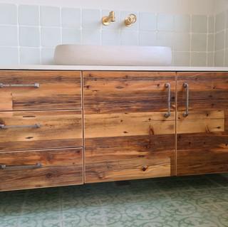 שידת אמבטיה שריג לוגו.jpg
