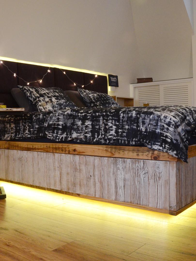 מיטה מעץ ממוחזר, אקססוריז לחדר שינה מכוורות דבורים