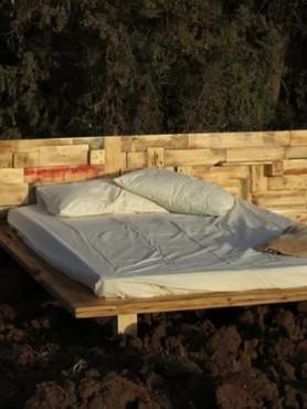 מיטה עם ראש מיטה מעץ בשימוש חוזר טופוגרפי