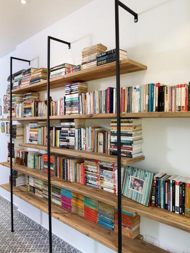 ספריה מינימליסטית ברזל ועץ ממוחזר