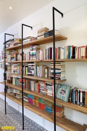 ספריה מינימליסטית, עץ בשימוש חוזר וברזל
