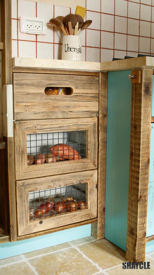 מטבח שילוב עץ ממוחזר טבעי וצבוע