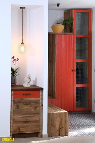 כניסה לבית. עץ ממוחזר וצבע