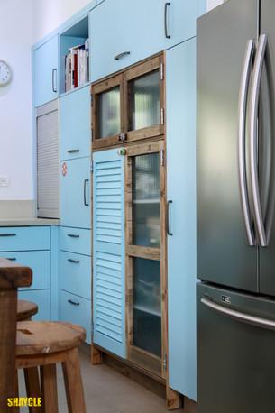 ארון מטבח, שילוב תריס מפירוק, עץ בשימוש חוזר וזכוכית