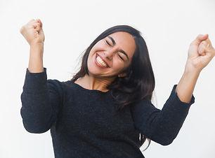 mulher-muito-feliz-feliz-comemorando-suc