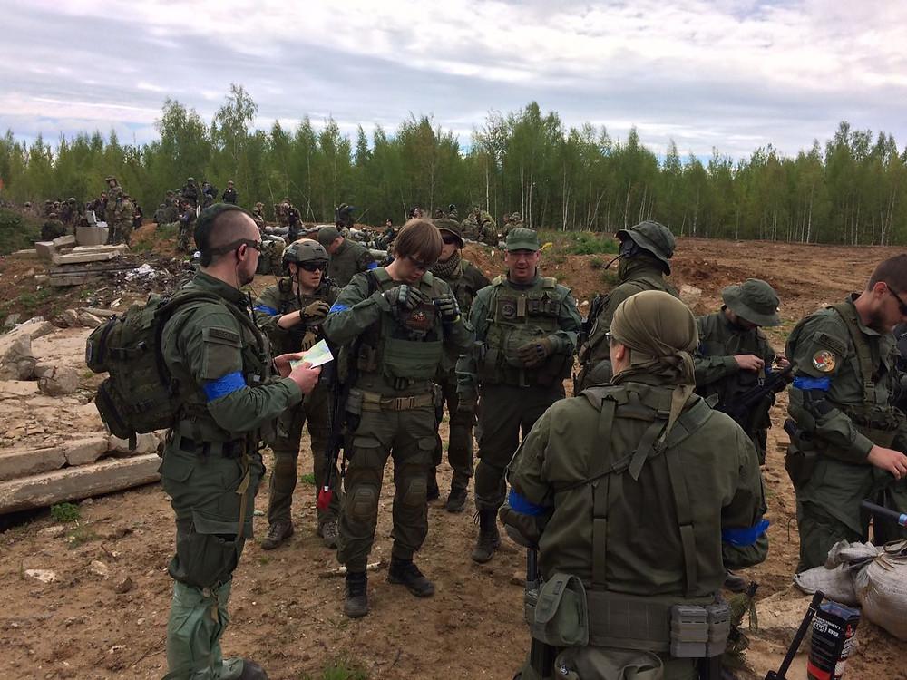 Фролкин Гер Григорий проводит инструктаж бойцов команды Бобры