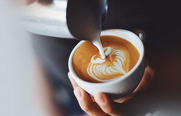kofe-kapuchino-pena-ruki.jpg