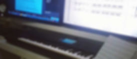No meu ambiente de trabalho conto com o mínimo de ferramentas possíveis para que o trabalho seja executado com qualidade : Um teclado, monitores de referência, placa de som offboard e um computador. Os instrumentos virtuais são ferramentas essenciais para a produção dos meus trabalhos.  Para estimular o ambiente criativo , montei um ambiente super leve e climatizado, com direito a jogos e coleção de games , consoles, etc. Um ambiente simples, mas aconchegante .