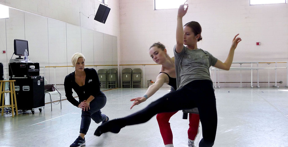 """I Couldn't Fly When"" dancers Melissa Gelfin and Kathleen Dahlhoff"