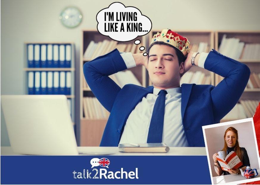 Rapaz sentado sonhando com coroa na cabeça