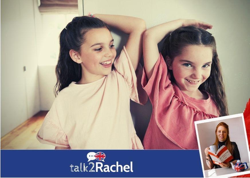 Duas meninas medindo e comparando seus tamanhos