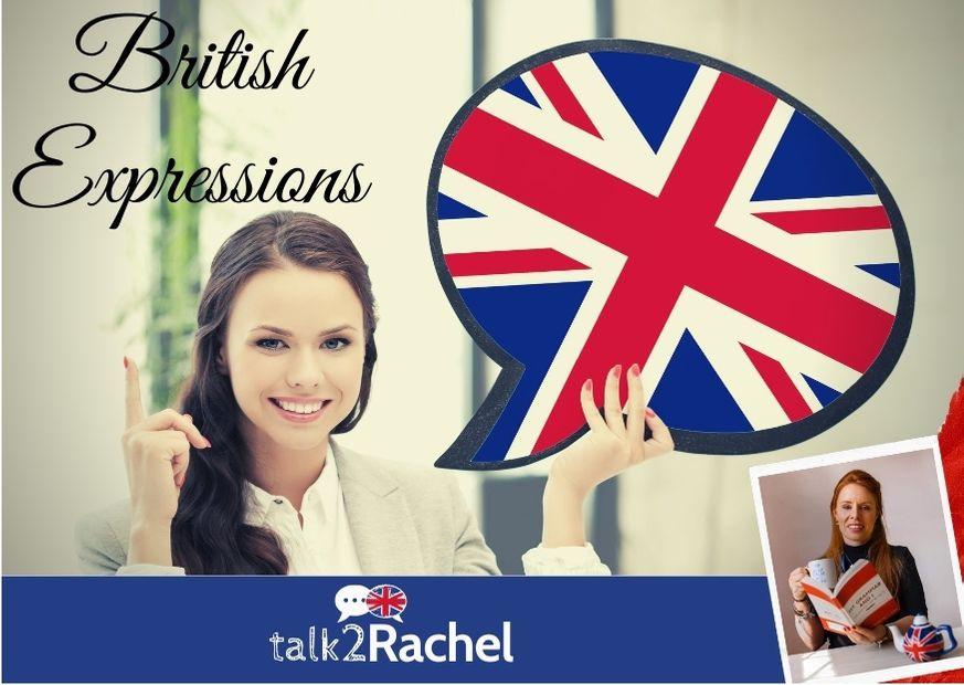 Moça sorrindo segurando uma bandeira britânica
