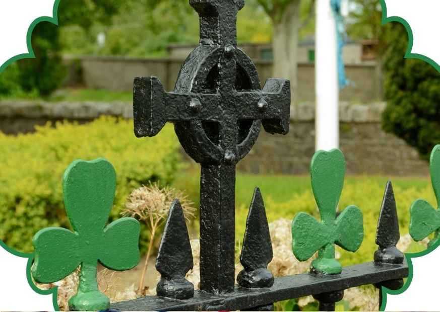 Cruz de São Patrício e trevo de 3 folhas