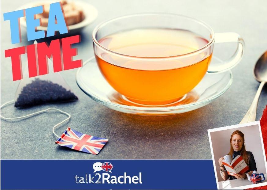 Mesa com chá e uma bandeira de UK