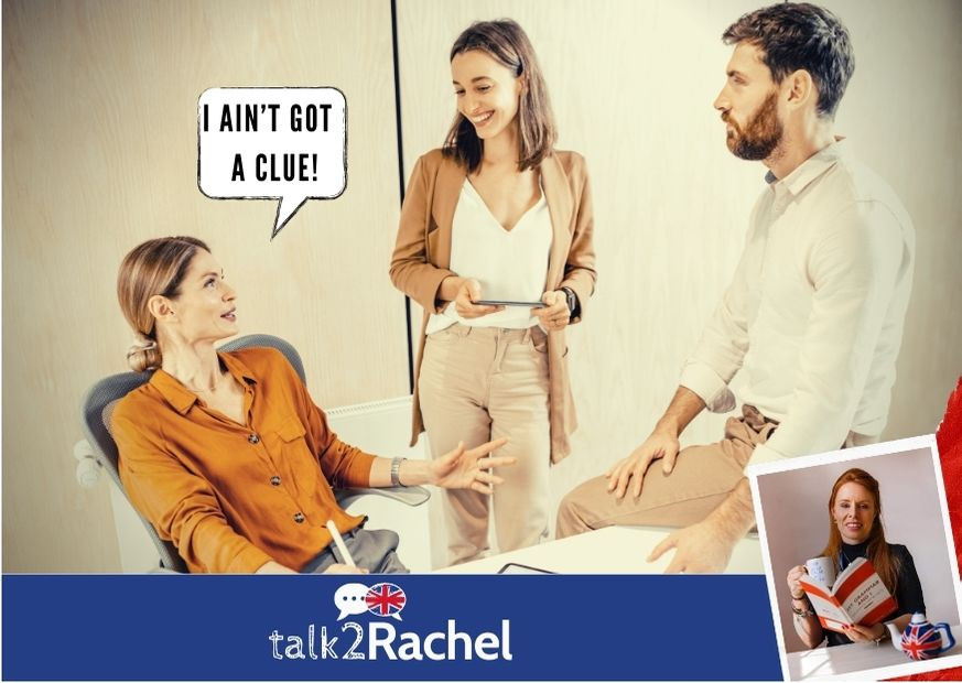 Três amigos conversando informalmente