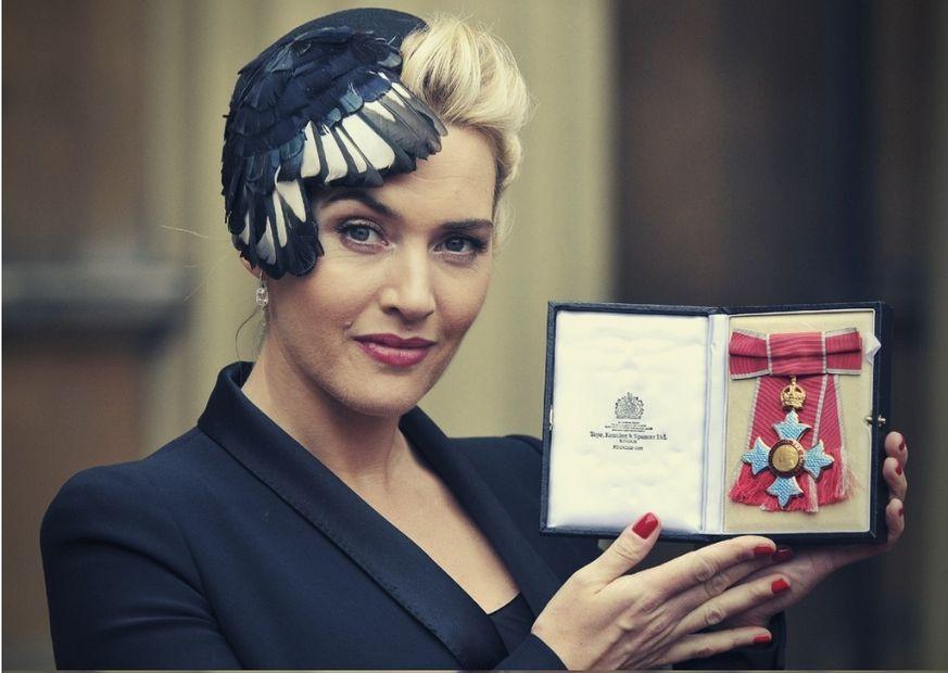Kate Winslet recebendo Medalha da Excelentíssima Ordem do Império Britânico