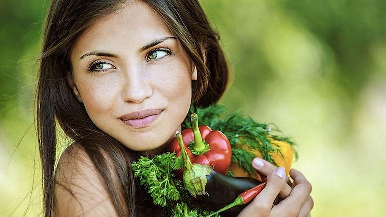 Как проходит Natural detox? В рационе смузи, соки, салаты, зерновые каши.