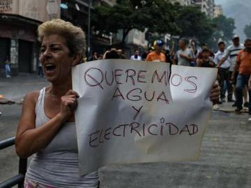 Venezuela inicia semana de alta tensión, agobiada por racionamiento eléctrico y violencia paramilita