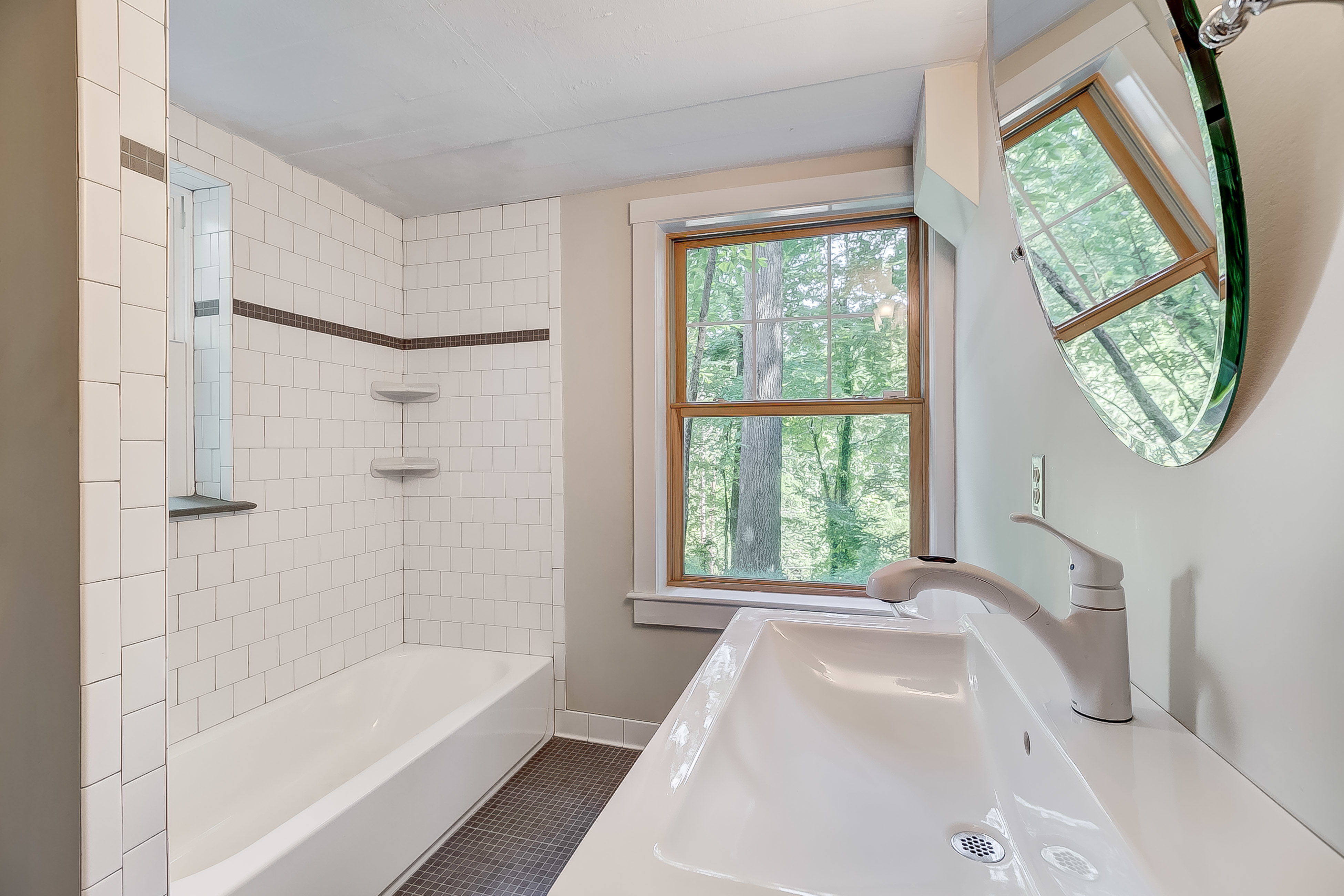 totally get that there is a separate entance + full bath with this 5th bedroom