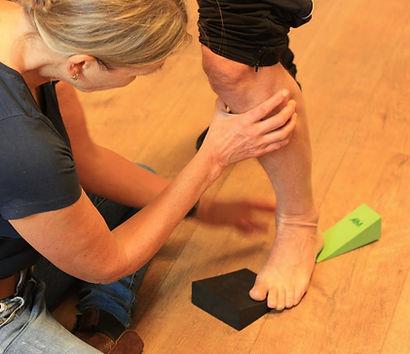 Stimuleren van de pronatie van de voet met behulp van wedges
