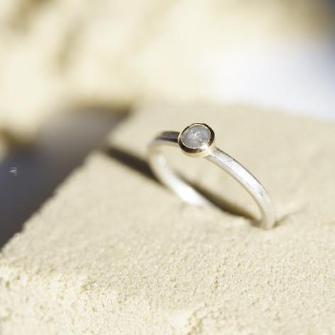 weiße Diamantrose in 750/000 Gelbgold gefasst, Ringschiene aus 925/000 Silber