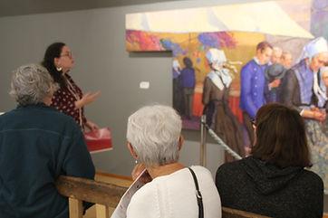 Visite guidée au musée, devant la toile de Mary Piriou, Procession à Plougastel-Daoulas