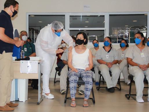 Um profissional de saúde é vacinado contra Covid-19 a cada 3 minutos em São Paulo