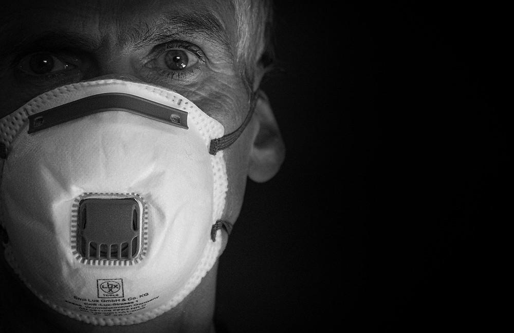Homem de máscara. Foto: Pixabay.