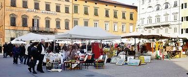 Venditore al mercato antiquariato Lucca | B&B Le Violette di Lucca | Bed and Breakfast centro Lucca
