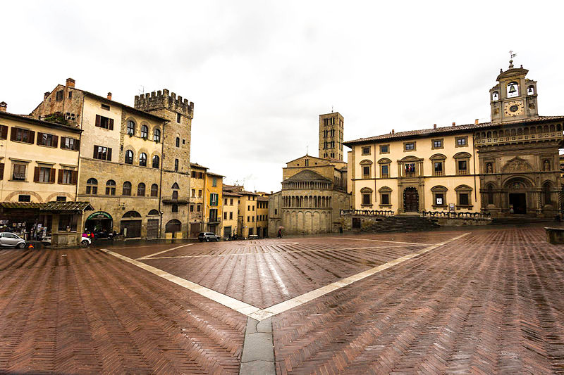 Panoramica_di_Piazza_Grande_Arezzo.jpg