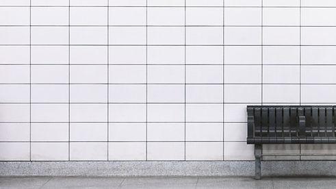Weiße Fliesen-Wand