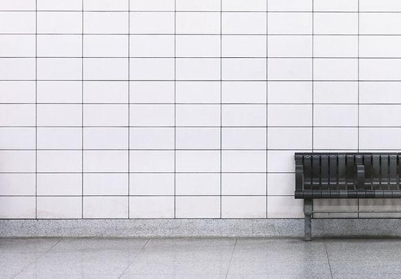 白タイルの壁